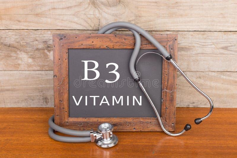 stetoskop och svart tavla med text & x22; Vitamin B3& x22; på träbakgrund fotografering för bildbyråer
