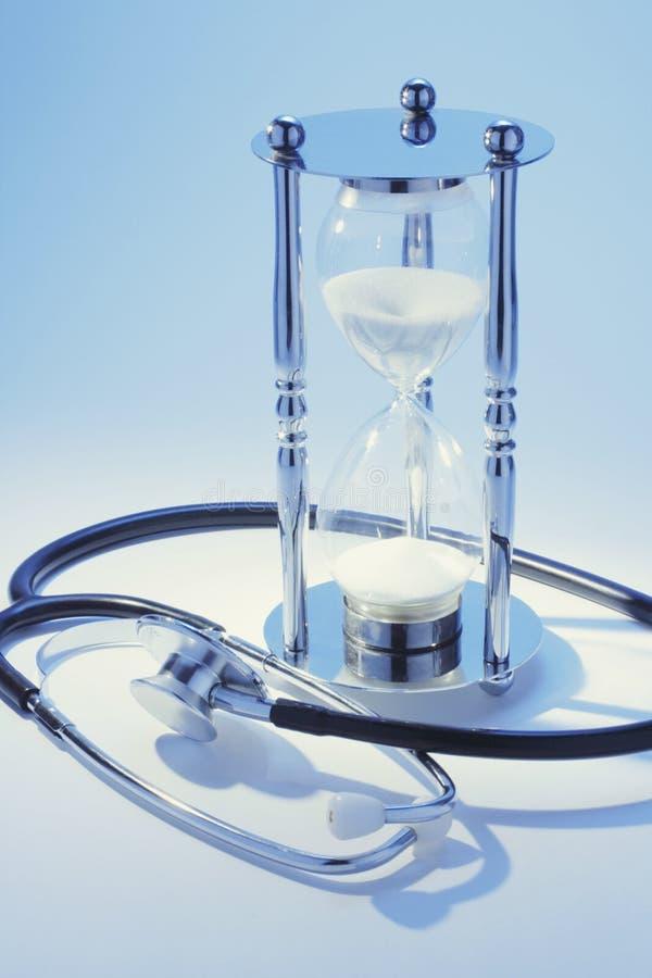 Stetoskop och timglas arkivfoto
