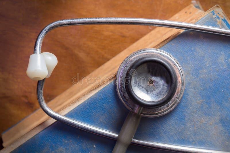 Stetoskop på den antika boken arkivbilder