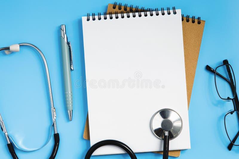 Stetoskop på en blå tabell, begrepp av medicin royaltyfri bild