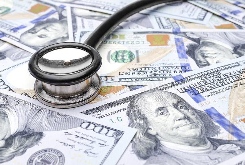 Stetoskop på oss dollarräkningar arkivbild