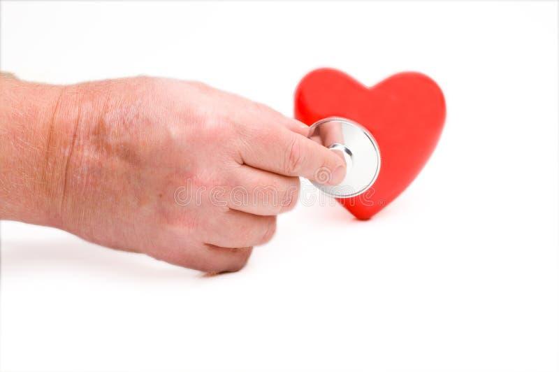 Stetoskop på röd hjärta arkivbilder