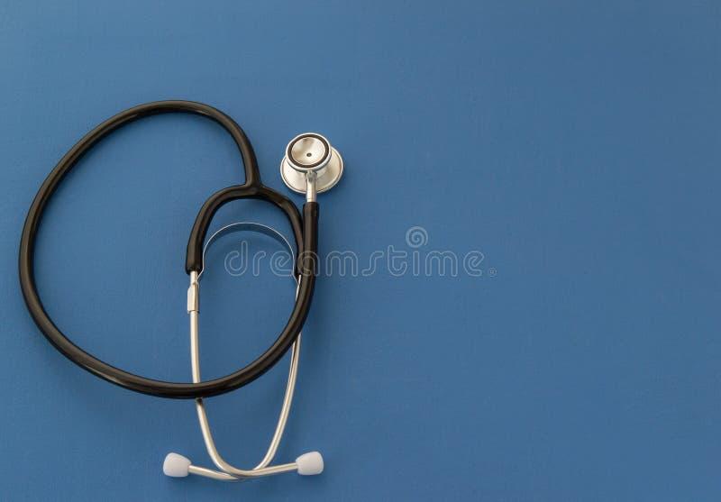Stetoskop p? bl? bakgrund Kopieringsspa? e Begreppet av medicin arkivfoton