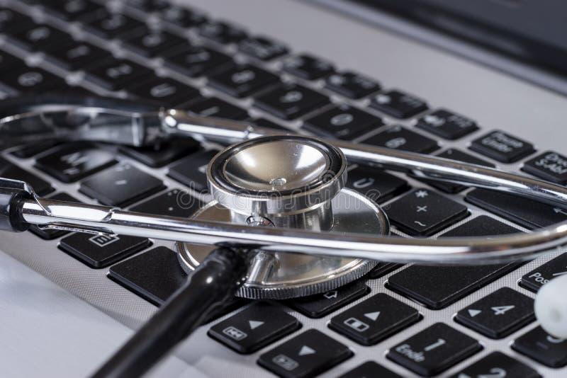 Stetoskop p? det moderna tangentbordet p? doktorsskrivbordet arkivfoton