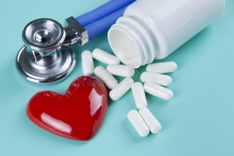 Stetoskop, pigułki i postać w formie serca, obrazy stock