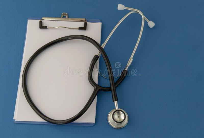 Stetoskop recept, på blå bakgrund Begreppet av medicin fotografering för bildbyråer