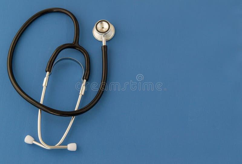 Stetoskop recept, på blå bakgrund Begreppet av medicin arkivbilder