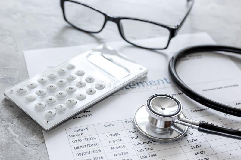 Stetoskop som fakturerar meddelandet för arbete för doktors` s i vårdcentralstenbakgrund arkivfoton