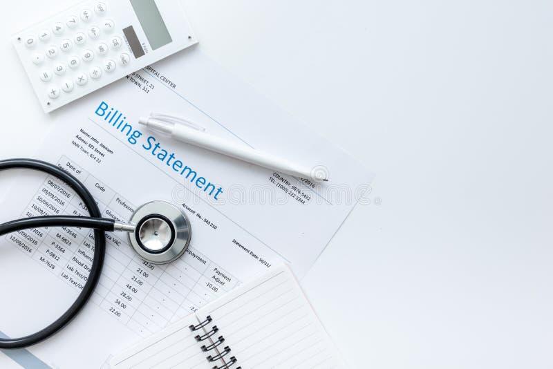 Stetoskop som fakturerar meddelandet för utrymme för bästa sikt för bakgrund för arbete för doktors` s vitt för text arkivbilder