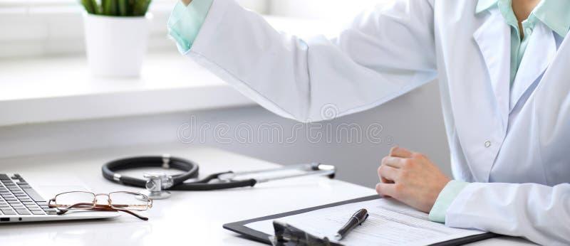 Stetoskop som ligger på skrivbordet Medicin- eller apotekbegrepp Läkarundersökninghjälpmedel på den funktionsdugliga tabellen för royaltyfri foto