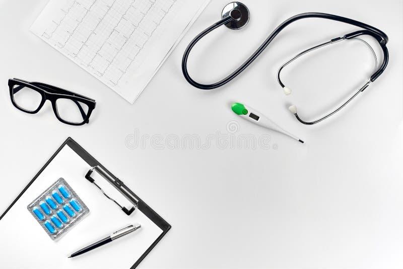 Stetoskop w biurze lekarki Odgórny widok doktorski ` s biurka stół, pusty papier na schowku z piórem kosmos kopii zdjęcia stock