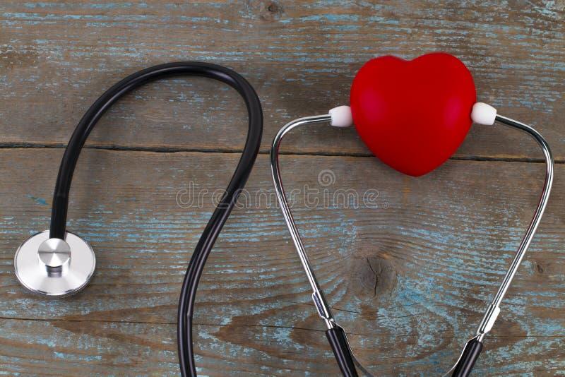Download Stetoskop Z Czerwonym Sercem Na Drewnianym Tle Obraz Stock - Obraz złożonej z szachrajka, heartbeat: 106917361