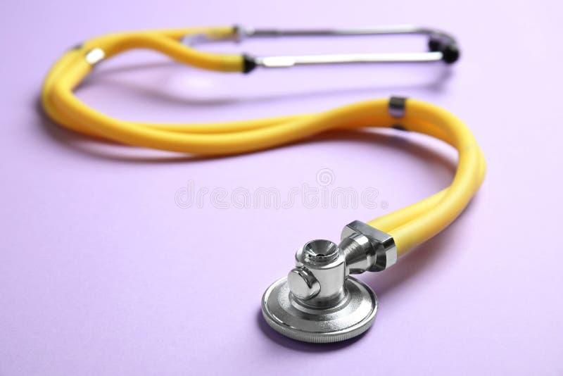 Stetoskop z przestrzenią dla teksta na koloru tle narz?dzie medyczne zdjęcia royalty free