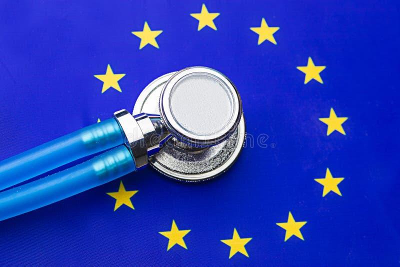 Stetoskop z unii europejskiej flagą Stetoskop nad europejczyk flagą zdjęcie royalty free