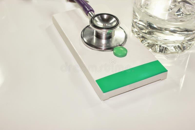 Stetoskopdollar, förbrukning på hälsa eller ekonomiskt stöd royaltyfria foton
