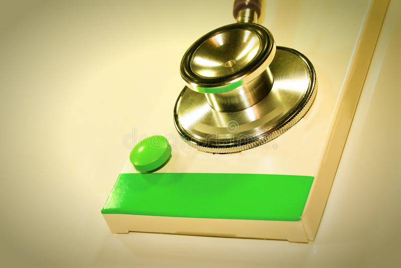 Stetoskopdollar, förbrukning på hälsa eller ekonomiskt stöd royaltyfri foto