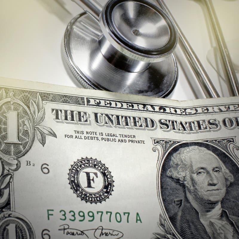 Stetoskopdollar, förbrukning på hälsa eller ekonomiskt stöd, höjdpunktkostnad av det dyra drogbegreppet arkivbilder