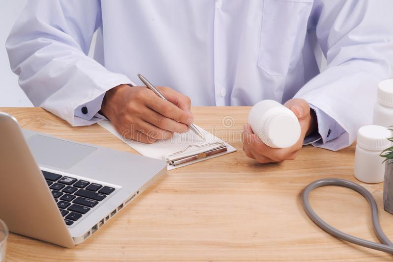 Stetoskopet den medicinska receptformen ligger mot bacen royaltyfri fotografi