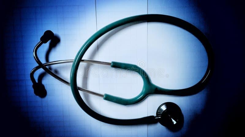 Stetoskophjälpdoktorn lyssnar hjärtarytumen arkivfoto