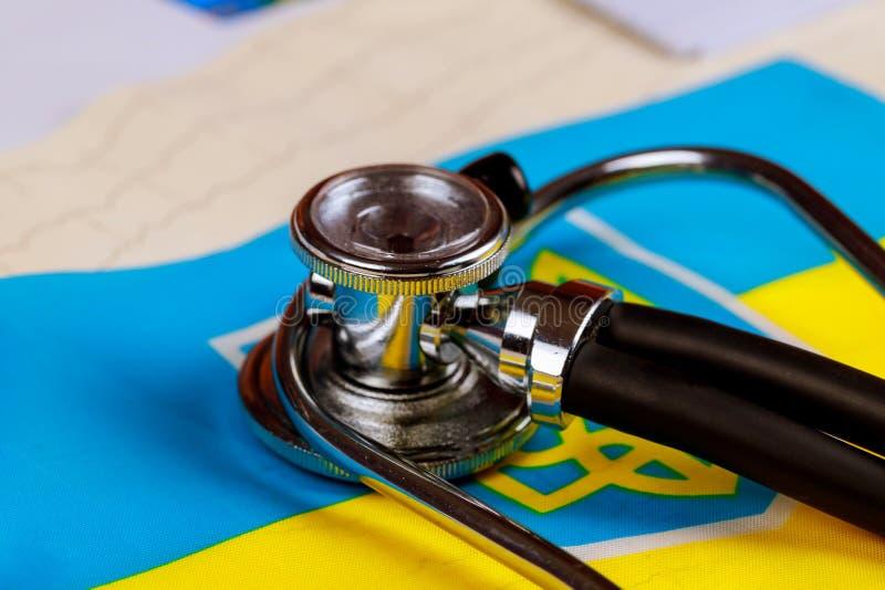Stetoskopkardiogram med begreppsmässig serie för medborgareUkraina flagga - Ukraina arkivbild