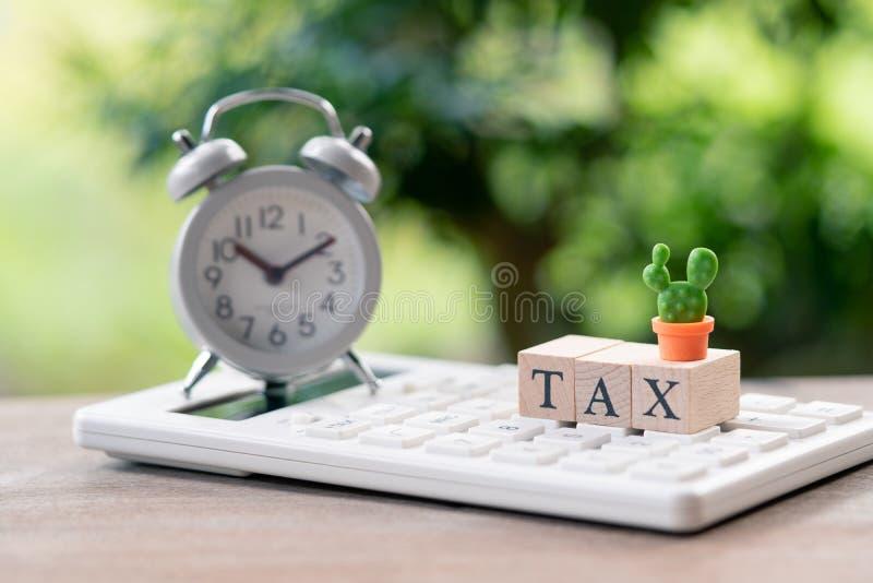 STEUER Jahreseinkommen des STEUER Zeit-Lohns für das Jahr auf Taschenrechner Usi lizenzfreie stockbilder