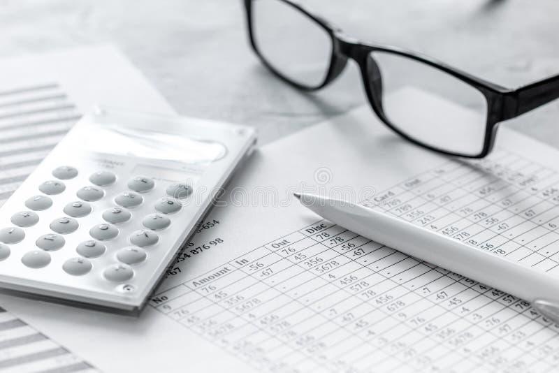 Steuerbuchhaltung mit Taschenrechner im Büroarbeitsplatz auf Draufsicht des Steinschreibtischhintergrundes lizenzfreie stockfotografie