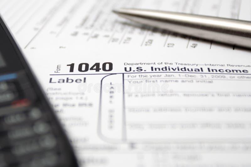 Steuerformular-Handy und -feder lizenzfreies stockfoto