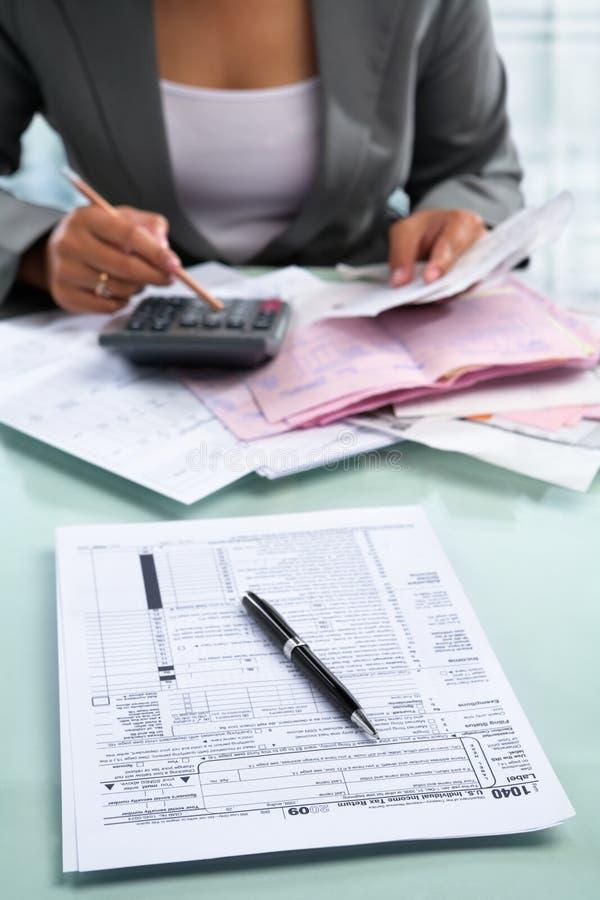 Steuerformular und Buchhalter stockfotografie
