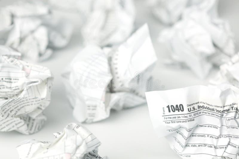 Steuerformulare balled und weggeworfen lizenzfreie stockfotos