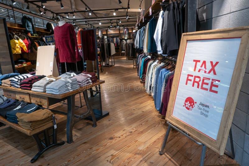 Steuerfreies Zeichen bei einem der Kleidungsausgänge am Yodobashi-Kamera-Speicher, Umeda, Osaka, Japan stockbilder