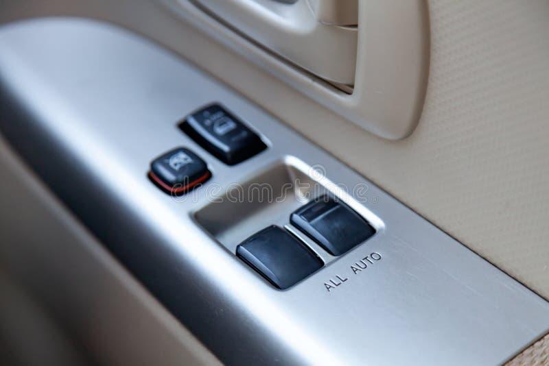 Steuerknöpfe für das Öffnen von Autofenstern und die zentrale Blockierung auf eine Fahrzeugtür lizenzfreie stockfotos