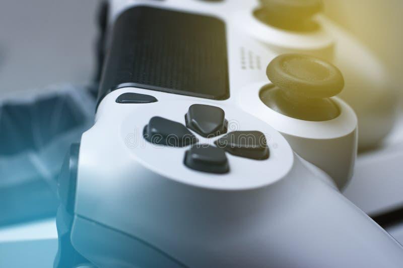 Steuerknüppel gamepad Computerspieltechnologiespielwettbewerbsvideospielsteuerkonfrontationskonzept stockfoto