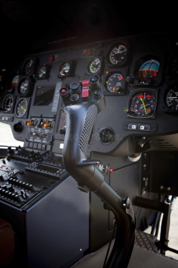 Steuerknüppel im Hubschraubercockpit stockbilder