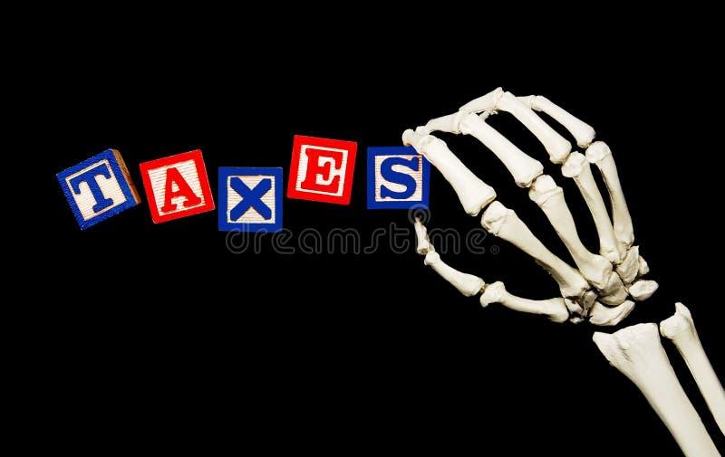 Steuern mit der skelettartigen Hand lizenzfreies stockfoto