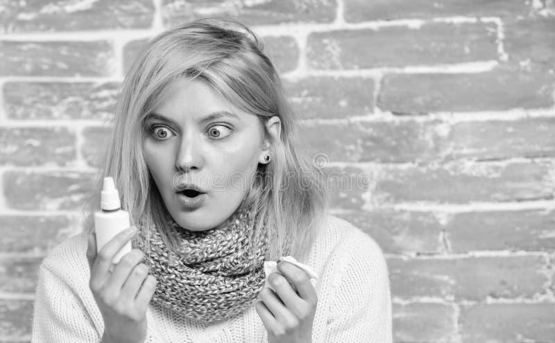 Steuern Sie Behandlung automatisch an E Laufende Nase und andere Symptome der K?lte r Nasaler Spray stockfoto