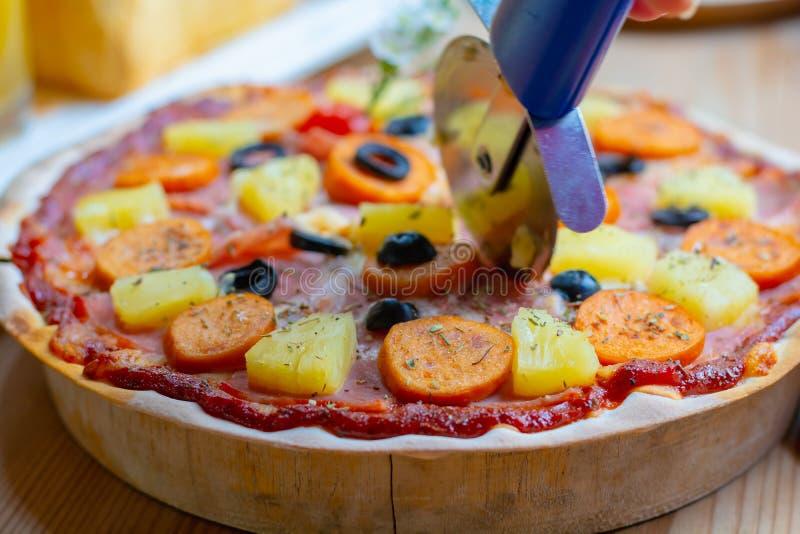 Steuern Sie gemachte Pizza, frische Pizza auf hölzerner Platte automatisch an lizenzfreies stockbild