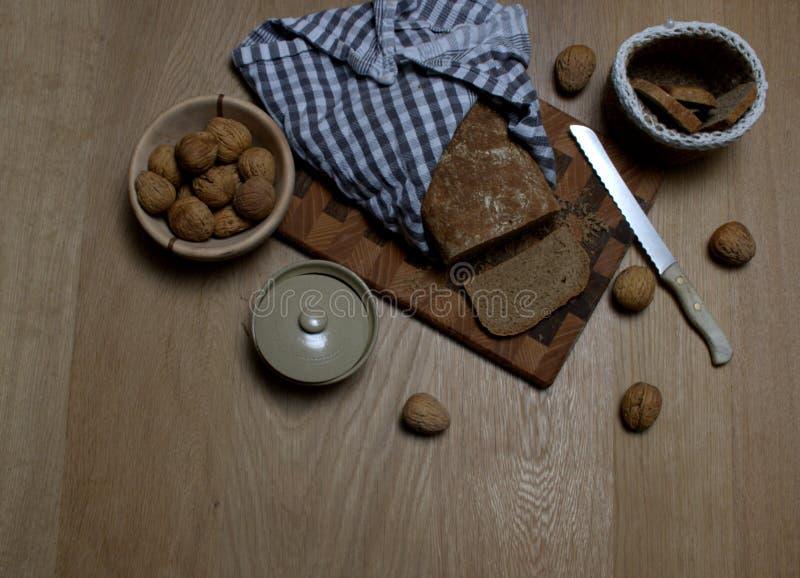 Steuern Sie gemachtes Brot mit einigen Walnüssen auf der Seite automatisch an stockfotos