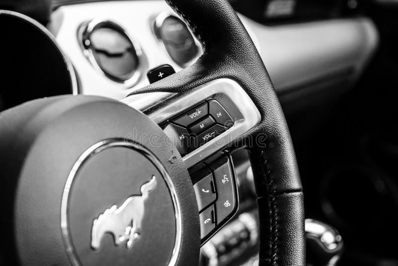 Steuern Sie Knöpfe für das Multimediasystem auf dem Lenkrad des Ford Mustangs 5 0 V8-Kabriolett, 2016 stockbild