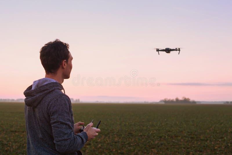 Steuerndes Drohne des Mannes stockbild