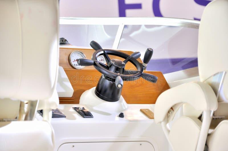 Steuerung der Yacht stockfoto