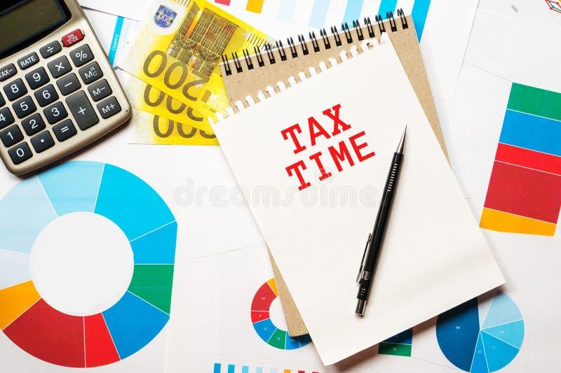 Steuerzeit, bunte Diagramme, Geld stockbild