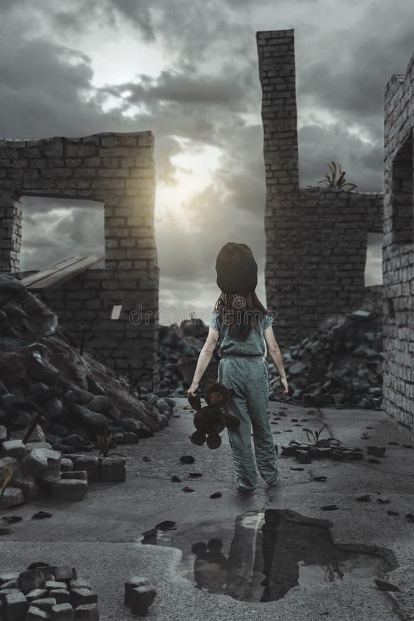 Steun van dakloos meisje met teddybeer in indienen voorzijde van beschadigde huismuren royalty-vrije stock afbeelding