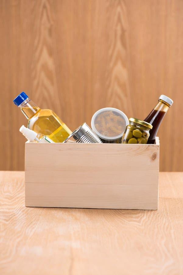 Steunende huisvesting of voedselschenking in doos voor armen stock foto's
