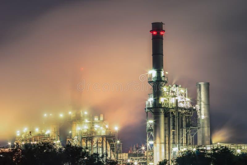 Steunt de elektroelektrische centrale van de gasturbine bij schemer met schemering al fabriek in industrieel Landgoed royalty-vrije stock fotografie
