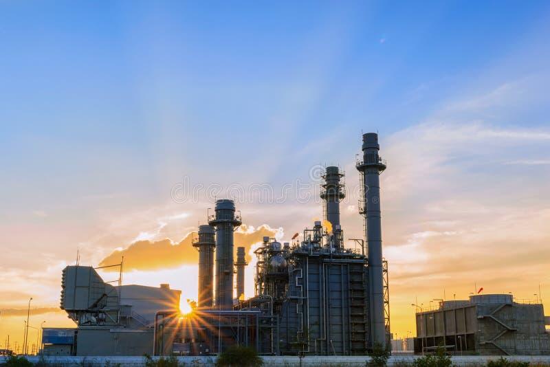 Steunt de elektroelektrische centrale van de gasturbine bij schemer met schemering al fabriek in industrieel Landgoed stock afbeelding
