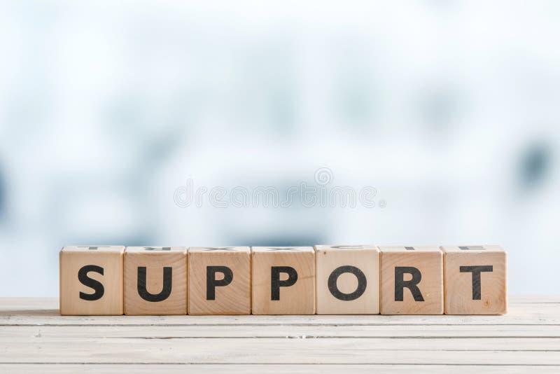 Steunteken op een houten bureau stock afbeeldingen