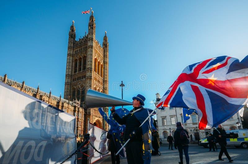 STEVE BRAY, założyciel SODA, niosący Brytyjski i UE flagę protestuje przeciw Brexit na zewnątrz Westminister Londyn UK obraz royalty free
