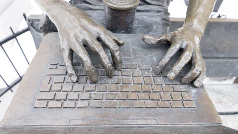 Steve Jobs est mort Steve Jobs är död skulptur i Montreal royaltyfria foton