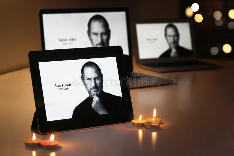 STEVE JOBS skärmar på Apple produkter royaltyfri bild
