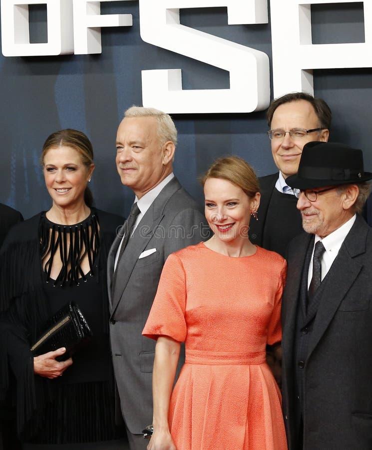 Steven Spielberg, Amy Ryan e Tom Hanks con la sua moglie Rita Wilson assistono al prima tedesco di immagine stock libera da diritti